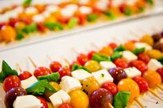Caprese salad skewers: fresh basil, fresh mozz, and heirloom cherry tomatoes. Drizzle w/ balsamic vinaigrette. Yummy Appetizers, Appetizers For Party, Appetizer Recipes, Caprese Salad Skewers, Veggie Skewers, Fruit Kabobs, Kebabs, Tapas, Clean Eating