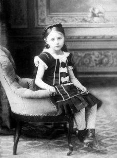 Victorian girl- love her dress and shoes