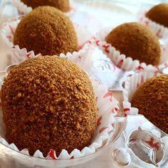 Medovníkové guličky - Receptik.sk Gingerbread Cookies, Desserts, Instagram, Food, Kitchen, Gingerbread Cupcakes, Tailgate Desserts, Deserts, Cooking