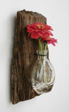 Vase avec fleur rouge sur le mur bois flotté