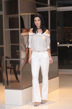 Look Constanza Fernandez com flare branca com uma camisa ombro a ombro fake! Sim! Ela tem tipo a parte de cima de uma camiseta, o que é ótimo para quem não consegue sair sem sutiã mas quer usar a tendência do ombro a ombro.