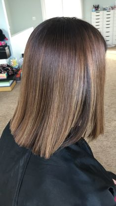 Haare one length bob haircut & color using & Wh Sunkissed Hair Brunette, Brunette Hair, Brown Hair Balayage, Hair Highlights, Color Highlights, Balayage Bob Brunette, Medium Hair Styles, Short Hair Styles, Hair Color Caramel