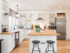4,000 sf, 6 Bd Home in Seattles BEST Neighborhood -5 Mins 2 Downtown + sleeps 20. Absolutely stunning 4,000 sq ft new construction done in a modern farmhous...