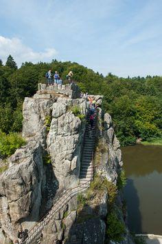 Die besten Ausflugsorte in Ostwestfalen-Lippe. Die Externsteine befinden sich in der Nähe von Horn-Bad Meinberg. Die Gruppe aus fünf Felssäulen ragt bis zu 48 Meter hoch in den Himmel.