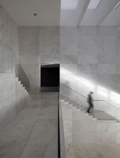 All-white-marble, the interior of the Enterprise Park in Arte Sacro by Suarez Santas Arquitectors. Photo by  Luis Asín Lapique.