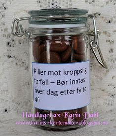 Karins-kortemakeri: Førstehjelpskoffert til mann på 40 Jar Gifts, Diy, Hollywood, Smile, Do It Yourself, Bricolage, Handyman Projects, Crafting, Diys