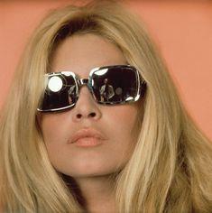 """En 1960, Bardot había grabado un álbum de de pop music, """"Inside Brigitte Bardot"""" y varios LPs,"""