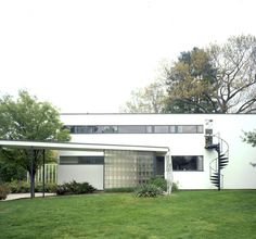 Gropius House in Lincoln, MA. Home of Walter Gropius, the founder of the Bauhaus Design School. Walter Gropius, Historic New England, Historic Homes, Modern Buildings, Modern Architecture, Public Architecture, Bauhaus Design, Bauhaus Style, Historic Properties