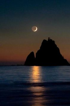 Good night moon, shine on. Beautiful Moon, Beautiful Places, Beautiful Pictures, Shoot The Moon, Moon Photography, Photography Tips, Wedding Photography, Good Night Moon, Moon Art