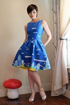 Sempre publico vestidos e roupas nerds/geeks aqui no blog. Esses dois,feitos pelaTammy Grove(que inclusive é ela usando os vestidos), são os mais lindos que já vi.Como ela é uma Nerd Chic, usou as estampas do Mario bros e do Pac-Man.