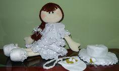 Boneca confeccionada com tecido em algodão cru e laise 100% algodão, branco.  Enchimento de fibra siliconizada antialérgica.  Produto 100% artesanal, peça exclusiva, lavável.  A boneca tem aproximadamente 65 cm.  Suas roupas e calçados não são colados.  Cabelo em lã, lisa em forma de trança. Acabamento com laçarotes de fita de cetim e organza, tira bordada e flores de feltro.  Acompanha chapéu e bolsinha. R$ 150,00