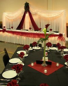 Like the bridal party table. Could do in other colors Red, Black & White Wedding Decor. Bridal Party Tables, Wedding Table, Bridal Parties, Wedding Receptions, Red Wedding Flowers, Wedding Colors, Dream Wedding, Wedding Day, Trendy Wedding