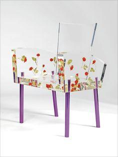 [F] アクリルの椅子。お花畑みたいで可愛い。