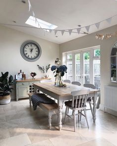 Over the years, many people have found a traditional country kitchen design is just what they desire so they feel more at home in their kitchen. Country Kitchen Designs, Farmhouse Style Kitchen, Farmhouse Design, Farmhouse Ideas, Farmhouse Table, Style Deco, Dining Room Furniture, Farmhouse Furniture, Furniture Ideas