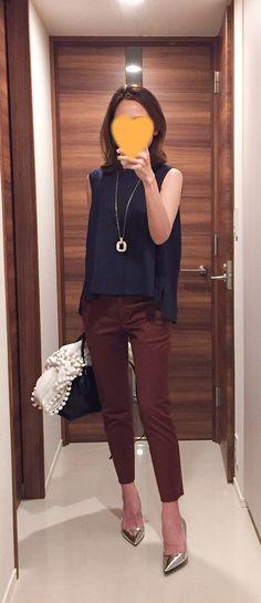 - Navy top: Tomorrowland - Brown pants: MACKINTOSH PHILOSOPHY - Bag: Tod's - Silver heels: PRADA