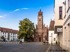 Das ist das Rathaus der Altstadt mit dem Roland einem Symbol der städtischen Freiheit.