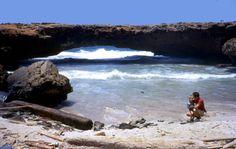 Ponte natural em Aruba. Entrou em colapso e desabou em 2005.  Fotografia: Versageek.  - Wikipédia, a Enciclopédia Livre.