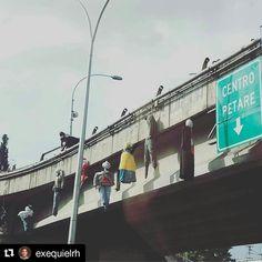 Foto de @exequielrh La quema de judas(s) #ccs #caracas  Estos no traicionaron un ideal por un puñado de monedas sino por cientos de millones de ellas.