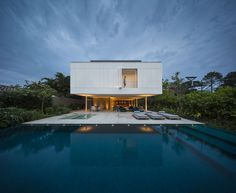 Studiomk27 combines in its White House materials like #wood, #concrete and white #aluminum, creating in its #architecture a tropical #minimalism with great influence of Brazilian #modernism #cladding