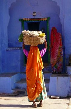 Villageoise à Bundi dans le Rajasthan. We Are The World, People Around The World, Around The Worlds, Amazing India, Indian Colours, India Culture, Indian Paintings, World Of Color, World Cultures