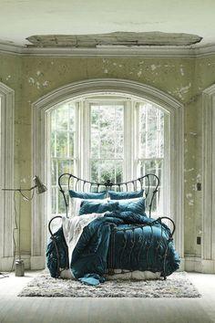 I love this Rod Iron Bed with the Peacock Blue Comforter!!!   Gidget Entretelas -  (daurbannerd gönderdi)