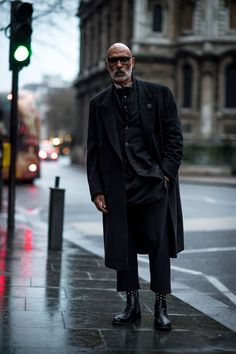 London Fashion Week Men's the strongest street style – Daily Fashion London Fashion Week Mens, Cool Street Fashion, Men Looks, Daily Fashion, Man Fashion, Curvy Fashion, Style Fashion, Stylish Men, Autumn Fashion