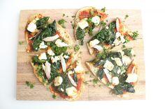 Naanpizza met geitenkaas en spinazie