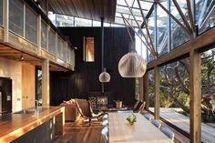 養生綠建築的位階 ,大約可分為低環境衝擊(Low Impact)、高自然調和(High Contact)、美質適意(Amenity)三個層次。這個位於紐西蘭的獨棟住宅,從自然調和正走向美質適意的階段,讓住在裡面的人,可以悠閒生活著。 via Herbst Architects