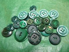"(28)  3/8""-7/8"" GREEN PLASTIC 2&4-HOLE BUTTONS-ASSORTED VINTAGE Lot#GB976"