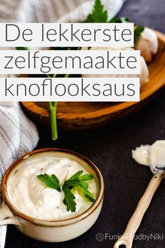 Recept om zelf knoflooksaus te maken met yoghurt en mayo. Deze heerlijke knoflooksaus is super makkelijk en snel te maken. Serveer bij shoarma, Turkse pizza of als dipje bij groentesticks. De lekkerste en super romige knoflooksaus maak je zelf met dit recept! Super Healthy Recipes, Snack Recipes, Cooking Recipes, I Love Food, Good Food, Yummy Food, Chutney, Enjoy Your Meal, Outdoor Food