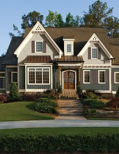 When it comes to picking exterior paint colors, there are a number of things to consider before making a final decision. Here are some basic do's and don'ts to help you choose the perfect color—or colors—for your dream home. Vinyl Siding Colors, Exterior Paint Colors For House, Paint Colors For Home, Exterior Colors, Exterior Design, Exterior Windows, Exterior Siding, Roof Design, Brown Roof Houses