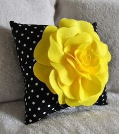 Yellow Black and White Polka Dot Flower Pillow by: bedbuggs on Etsy* Love me some yellow and dots! Cute Pillows, Diy Pillows, Decorative Pillows, Throw Pillows, Cushions, Felt Roses, Felt Flowers, Fabric Flowers, Crocheted Flowers