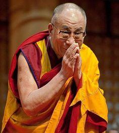 """""""Os homens perdem a saúde para juntar dinheiro, depois perdem o dinheiro para recuperar a saúde.  E por pensarem ansiosamente no futuro esquecem do presente de forma que acabam por não viver nem no presente nem no futuro. E vivem como se nunca fossem morrer... e morrem como se nunca tivessem vivido.""""   Dalai Lama"""