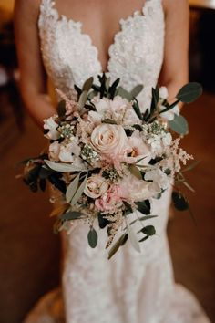 An inspiration for bohemian weddings like in Tuscany Summer Wedding Bouquets, Bride Bouquets, Flower Bouquet Wedding, Floral Wedding, Wedding Dresses, Bouquet Flowers, Bridesmaid Bouquets, Purple Wedding, Vintage Bridal Bouquet