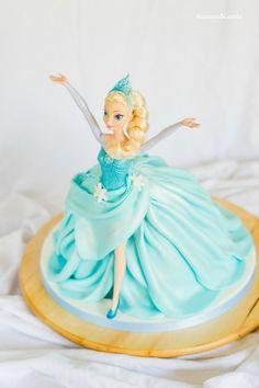 Tarta de muñeca Elsa (Elsa Doll cake) Birthday Cake Video, Elsa Birthday Cake, Barbie Birthday, Muñeca Elsa Frozen, Elsa Torte, Elsa Doll Cake, Chef Cake, Elsa Cakes, Barbie Cake