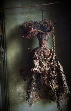 lescarnetsdemissclara:  Robe en papier, paper dress By MissClara