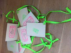 EINLADUNGSKARTEN einfach Stempeln! Diesmal haben wir unsere Einladungskarten gestempelt und mit knalligen Bändern versehen. So kann man sie bis zum Termin an der Tür, oder im Flur aufhängen.