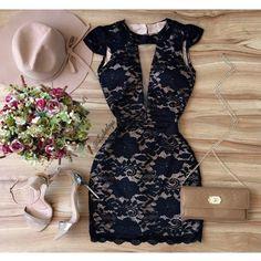 Vestido colado preto com renda e decote