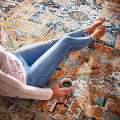 Der Charme eines New Classic Teppichs? Die ideale Symbiose aus überlieferten Motiven und zeitgemäßer Textilqualität. Bei LA BELLEZA ist dies besonders gut gelungen. Denn für den Flor wird hochwertige Chenille-Baumwolle verwendet, die sich sehen und fühlen lassen kann. Und weil der feine Flor extra flach gewebt ist, macht LA BELLEZA mit seinen prachtvollen Ornamenten sogar türnah eine gute Figur.