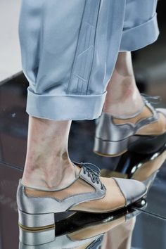 Giorgio Armani Spring 2020 Ready-to-Wear Fashion Show - Vogue Giorgio Armani, Emporio Armani, Quirky Shoes, Trendy Shoes, Vogue Paris, Fashion Shoes, Fashion Accessories, Milan Fashion, Armani Collection