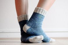 Hermione's Everyday Socks by Erica Lueder -free pattern . rililies version First-Time Socks Knitted Slippers, Slipper Socks, Knitted Hats, Knitting Socks, Hand Knitting, Knit Socks, Knit Pillow, Knitting Designs, Knitting Projects