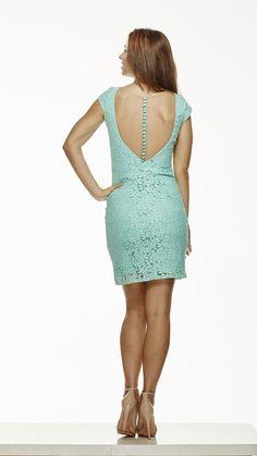 Vestido curto em renda com detalhes em tule invisível e botões forrados. Nas cores Tiffany (foto), Amarelo e Azul Marinho. R$420,00