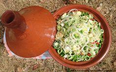 Süßkartoffeln mit Erbsen und Porree im marokkanischen Tajinetopf gebacken ergibt ein herrliches Aroma und einen ganz wunderbaren Geschmack.