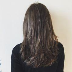 """2016年のトレンドになると言われている""""ブルージュ""""というヘアカラーをご存知でしょうか?ちょっと落ち着いた暗めのカラーで、柔らかな質感と透明感やツヤ感が含まれおり、外国人風ヘアスタイルになれると話題です。春に向けて新しい髪色になってみませんか。"""