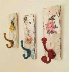 Decorative Wall Hooks Shabby Cottage Coat Rack Towel Rack Distressed Hand painte… Dekorative Wandhaken Shabby Cottage Coat Rack Handtuchhalter Distressed handgemalte Home Decor-Set von drei by TheVintageStories on Etsy Home Decor Sets, Home Decor Accessories, Decorative Accessories, Diy Home Decor, Decoupage Furniture, Painted Furniture, Diy Furniture, Decoupage Ideas, Decoupage Letters