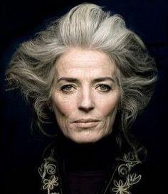 grey hair SILVER - Agence de Top Modles de plus de 40 ans - Paris Mature Women Hairstyles, Medium Hairstyles, Curly Hairstyles, Wedding Hairstyles, 50 Hair, Wise Women, Old Women, Ageless Beauty, Going Gray