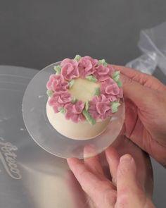 Cake Decorating Frosting, Cake Decorating Designs, Creative Cake Decorating, Cake Decorating Videos, Cake Decorating Techniques, Cake Designs, Cookie Decorating, Mini Cakes, Cupcake Cakes