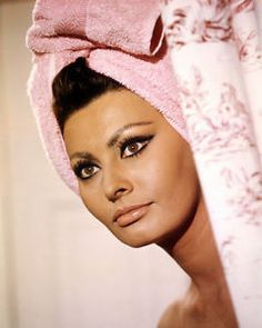 Italian actress Sophia Loren with her hair wrapped in a towel, in 'Arabesque', directed by Stanley Donen, Sophia Loren Makeup, Sofia Loren, Sophia Loren Style, Beauty Routine 20s, Sophia Loren Images, Diy Beauty Treatments, Italian Actress, Benefit Cosmetics, Old Hollywood
