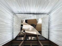 Remodelación de edificio #SOLOWEST, en #Frankfurt El diseño del lobby del edificio de oficinas, sirve como tarjeta de presentación compartida para sus inquilinos. La doble altura del espacio, se enfatiza por el diseño de pared, compuesto de láminas verticales.  Mirá más fotos en