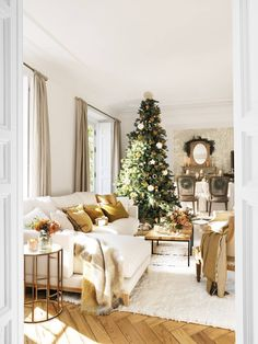 〚 Warm Christmas home with vintage decor in Spain 〛 ◾ Photos ◾Ideas◾ Design All I Want For Christmas, Christmas Home, Merry Christmas, Xmas, Gold Christmas Decorations, Holiday Decor, Vintage Decor, Vintage Furniture, Navidad Natural
